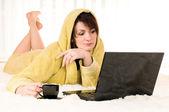 Женщина с ноутбуком и Кубок — Стоковое фото