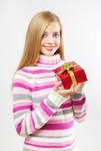 有吸引力的女孩与礼品盒上灰色 — 图库照片
