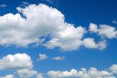 Gökyüzü ve beyaz bulutlar — Stok fotoğraf