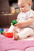 Klein meisje spelen op de verdieping — Stockfoto