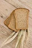Tranches de pain de seigle et épis de maïs — Photo
