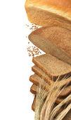 スライスのパンとトウモロコシの耳 — ストック写真