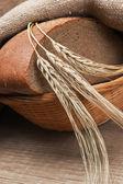Roggebrood, en maïs op een houten tafel — Stockfoto