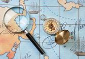 Lupe und kompass auf karte — Stockfoto