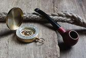 Bússola e velho cachimbo de tabaco — Fotografia Stock