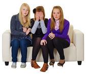 Tres chicas miren una película de terror — Foto de Stock