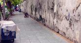 Homeless Man bundled sleep in a city doorway — Stock Photo