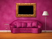 Fialový gauč s tabulkou, standardní lampu a rámeček obrázku fialová interiéru — Stock fotografie