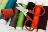 Scissors, thimble, thread — Stock Photo