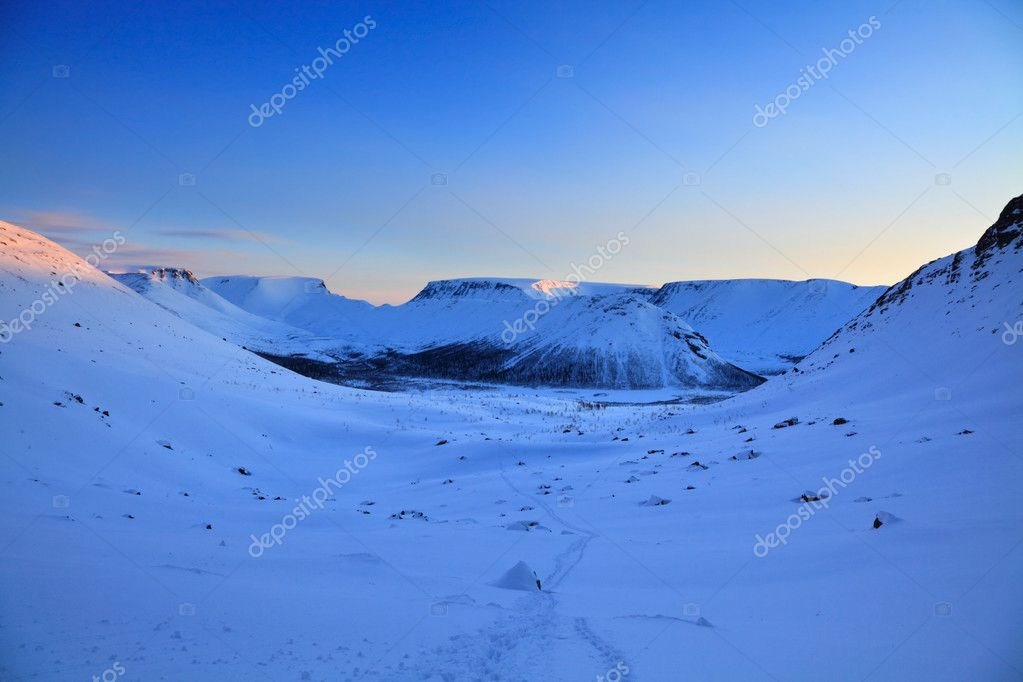 Reflection of the rising sun on the snowcapped mountains — Stock Photo #7762068