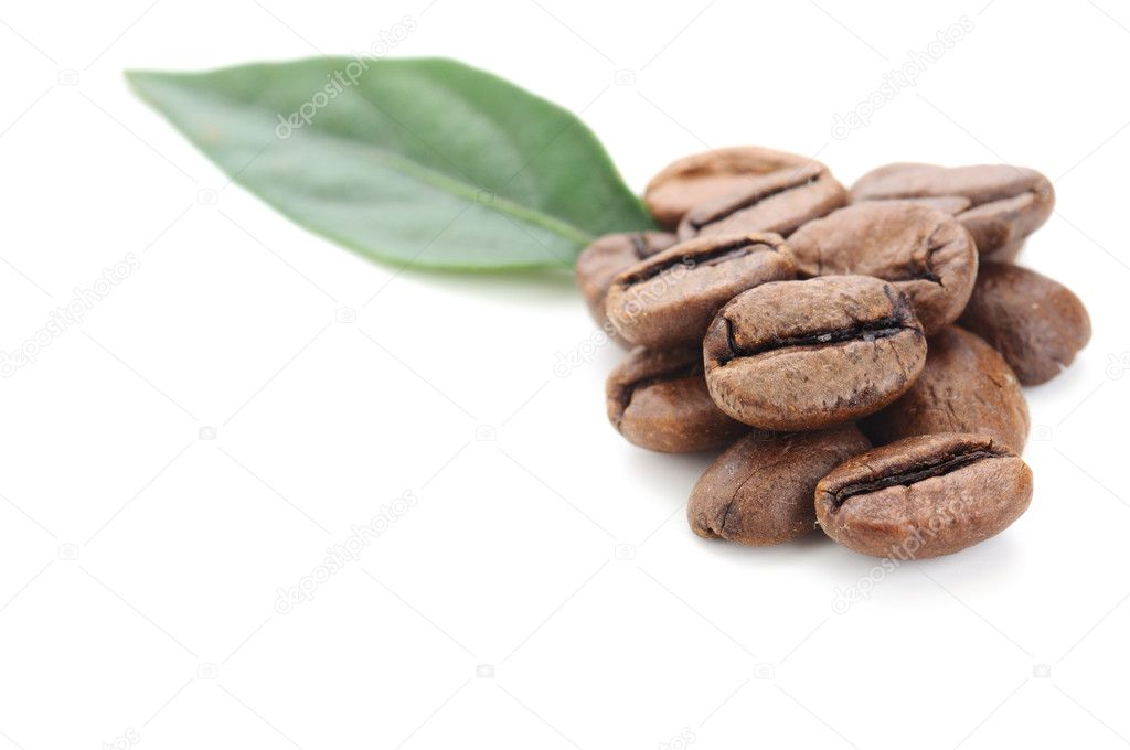 Coffee grains and leaves isolated on white — Stock Photo #6839192