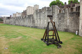 Battle catapult in The Tower of London, medieval castle and pris — Stock Photo