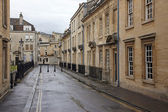 Old street in Bath, England with its typical Georgian architectu — Foto Stock