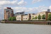 Londen, pakhuis omgebouwd tot appartementen op de theems in lon — Stockfoto