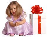 Flicka i kostym av docka med presentask. — Stockfoto