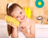 Kid wassen in het bad. — Stockfoto