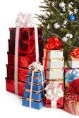 Kerstboom met de doos van de gift van de stapel. — Stockfoto