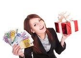 Mujer joven con dinero del euro y caja de regalo,. — Foto de Stock