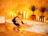 Mulher tomar banho de espuma. — Fotografia Stock
