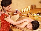 Mulher recebendo massagem no spa de bambu. — Foto Stock