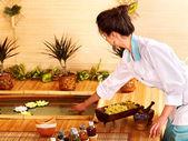 Bambu masaj spabambu spa merkezinde masaj yaptırdığım kadın. — Stok fotoğraf