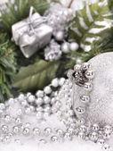 Christmas ball i snö. — Stockfoto