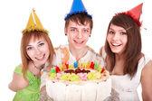 Grupo de jóvenes felices con pastel. — Foto de Stock
