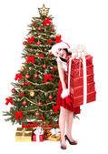 Weihnachten Mädchen in Santa Hut und Tanne Baum mit roten Geschenk-box. — Stockfoto