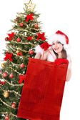 рождество девушка в шляпе санта, давать подарочные коробки. — Стоковое фото
