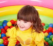 Bambino felice in palla colorata di gruppo. — Foto Stock