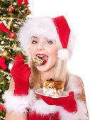 Christmas flicka i santa hatt och tårta på tallrik. — Stockfoto