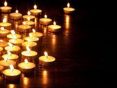 Grupa świec na czarnym tle. — Zdjęcie stockowe