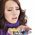 meisje met griep nemen van pillen — Stockfoto #7610343