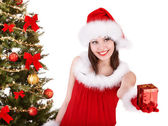 Vánoční dívka v santa hat dávat krabičky. — Stock fotografie