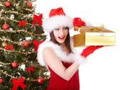 Niña de navidad en el árbol de abeto y sombrero de santa con caja de regalo roja. — Foto de Stock