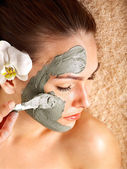 Young woman having clay body mask. — Foto Stock