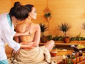 Donna ricevendo il massaggio nella spa di bambù. — Foto Stock