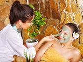 Młoda kobieta o gliny maska na ciało. — Zdjęcie stockowe