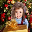 Kid with Christmas gift box. — Foto Stock