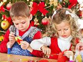 Crianças fazendo decoração de Natal. — Fotografia Stock