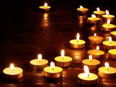Groep van kaarsen op zwarte achtergrond. — Stockfoto