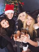 Grupp unga i santa hatt. — Stockfoto