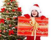 Vánoční dívka v santa hat a jedle strom s červenými dárkový box. — Stock fotografie