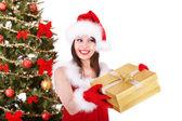 Flicka i santa hatt ge presentförpackning. — Stockfoto