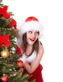 サンタ帽子モミの木とクリスマスの女の子. — ストック写真