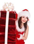 Christmas flicka i santa hatt hålla stack presentförpackning. — Stockfoto