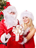 Noel baba ve hediye kutusu veren kız. — Stok fotoğraf