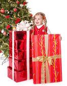 Niño con caja de regalo de árbol de navidad. — Foto de Stock