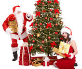 Vánoční dívka, santa doložka a jedle strom. — Stock fotografie