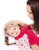 Niño enfermo con madre. aislado. — Foto de Stock